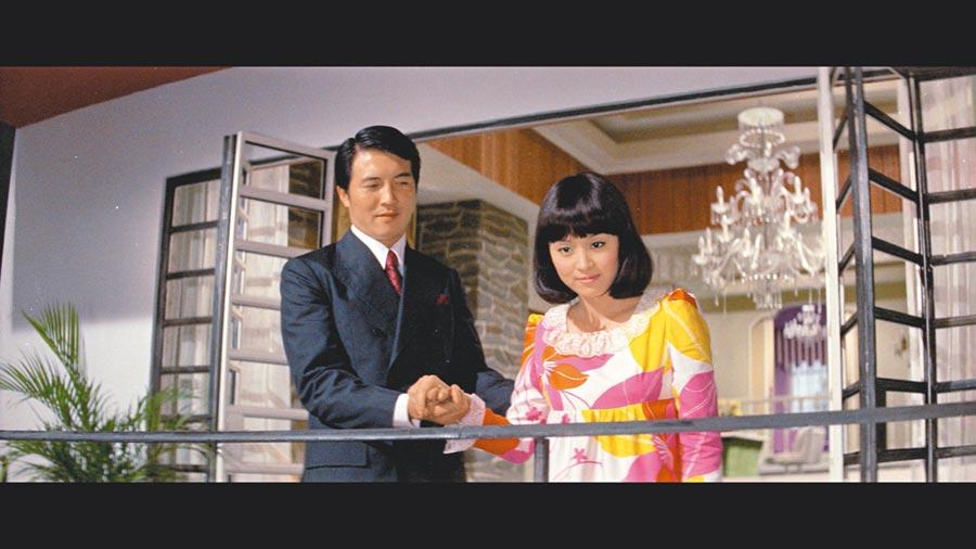 甄珍(右)曾和柯俊雄合拍時裝片《珮詩》。