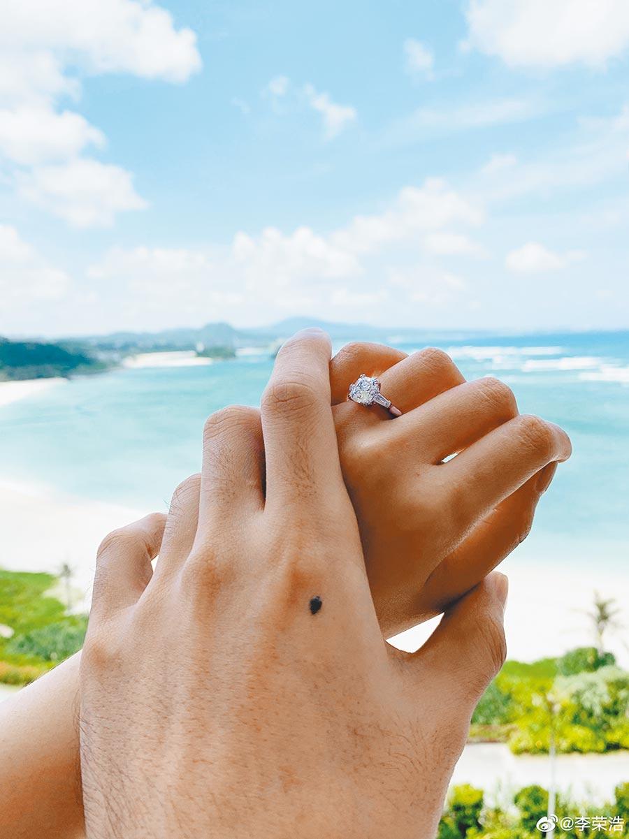 李荣浩与杨丞琳手牵手甜蜜秀婚戒。