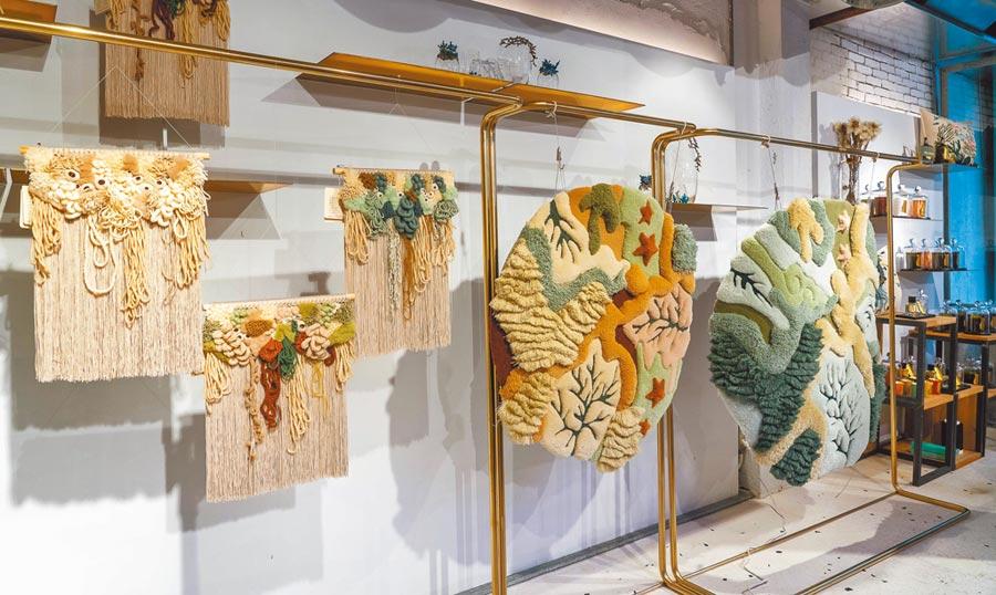 海洋編織藝術展現場展出展現海底各種型態的「KRI掛毯」,以及其他迷你掛毯。(初衣食午提供)