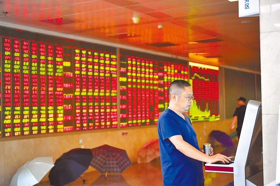7月11日,成都某證券營業部大廳內的股民。(中新社)