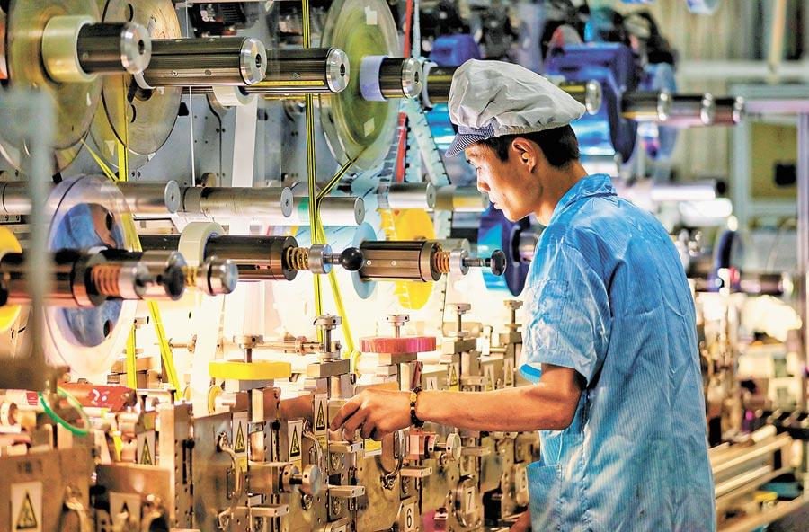 大陸今年經濟成長可能「前高後低」。圖為江蘇鹽城一家製造企業內的生產景象。(中新社資料照片)
