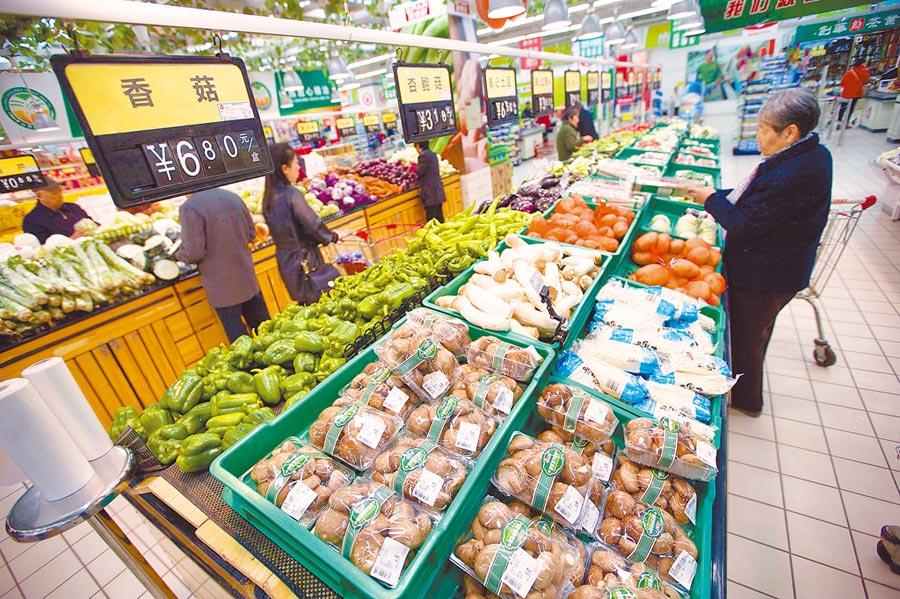 大陸今年通膨預期屬於溫和成長。圖為2017年,山西太原民眾在超市購買生活用品。 (中新社)