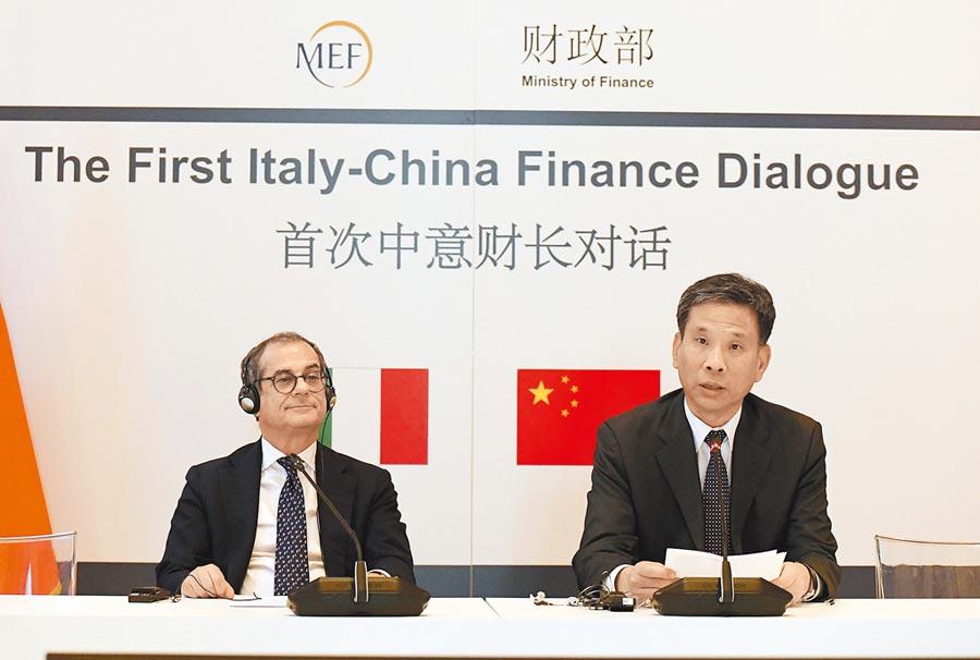 7月10日,大陸財長劉昆(右)與義大利財長特里亞共同主持首次中義財長對話。(新華社)