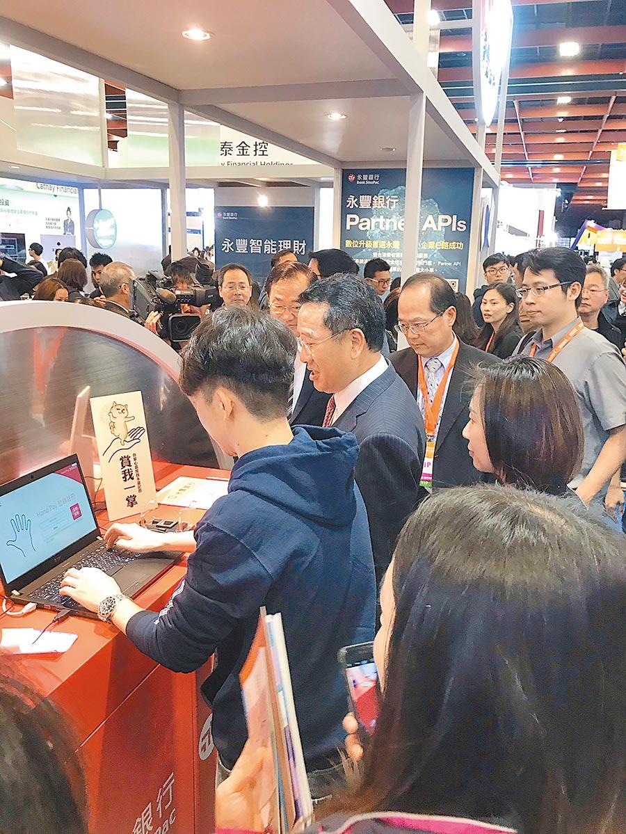 中美貿易衝突為台灣帶來短期經濟成長機會。圖為2018年12月7日,台北金融科技展。(本報系資料照片)