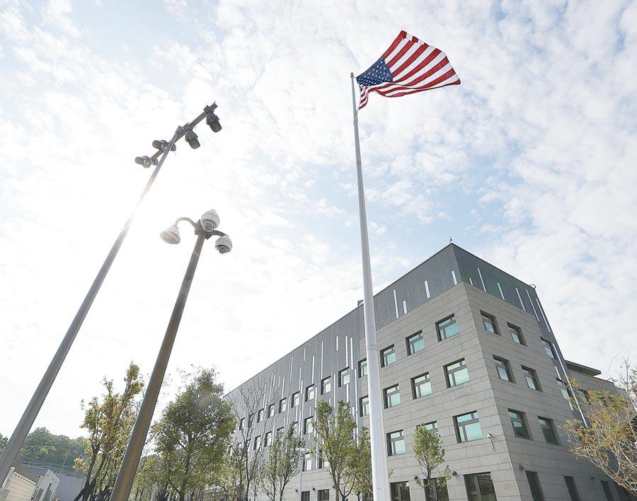 2018年6月12日,美國國旗在美國在台協會內湖新館飄揚。(本報系資料照片)