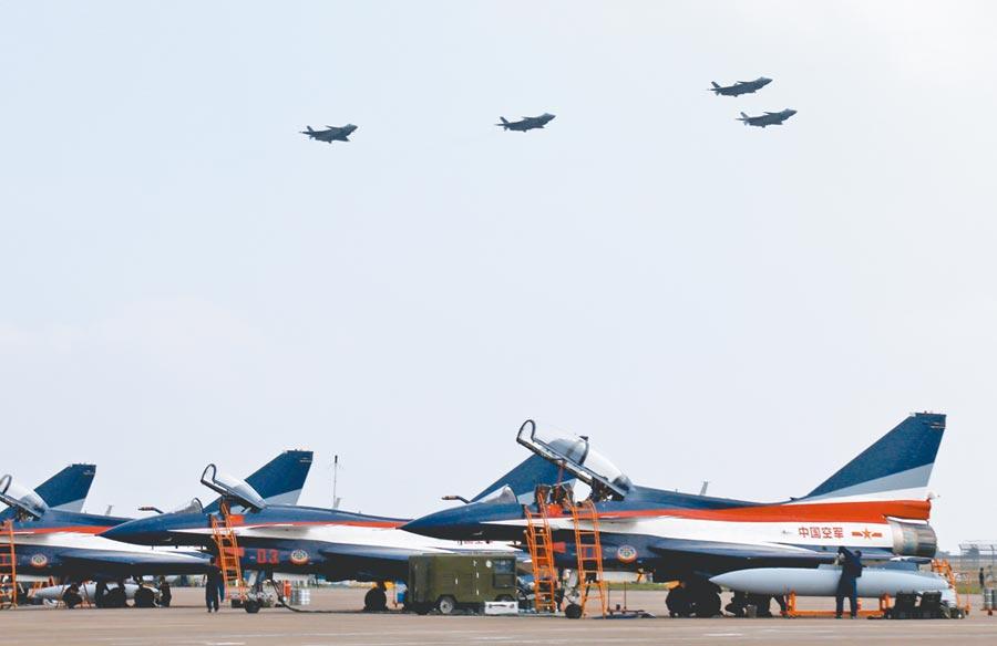 2018年11月11日,殲-20戰機在珠海航展上,以四機編隊進行飛行展示。(新華社)