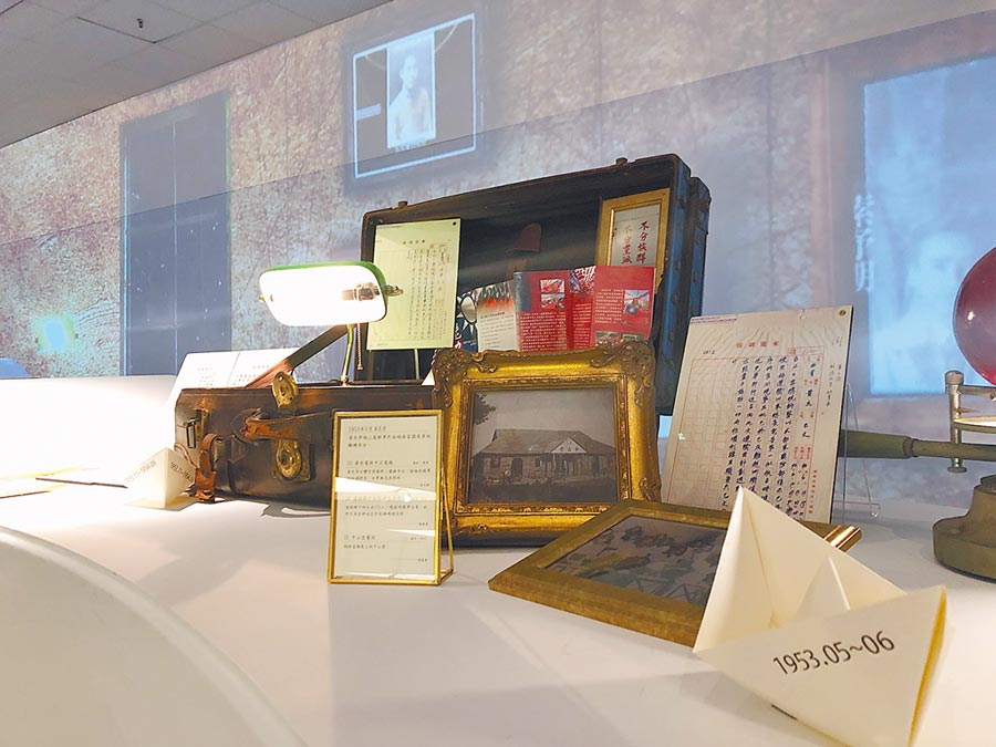 家書、老照片喚起許多人的時代記憶。(記者李怡芸攝)