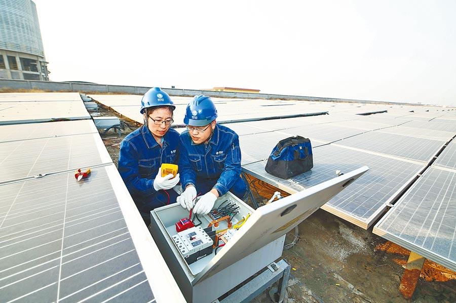 山東廠房上分布式太陽能發電裝置。(新華社資料照片)