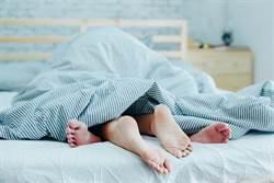 夫妻深夜闖黃燈床戰 幼兒突醒觀戰「天柱變軟茄」