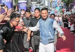 直擊!劉德華西門紅毯吸3000粉絲 現場清唱證明「歌喉依舊」