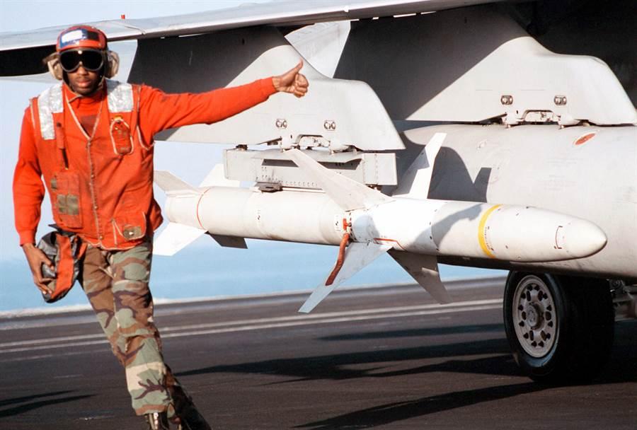 掛在F/A-18s超級大黃蜂艦載機翼下的高速反幅射導彈AGM-88,專門用以打擊敵方防空雷達,也在美國對台軍售項目中。(圖/美國海軍)