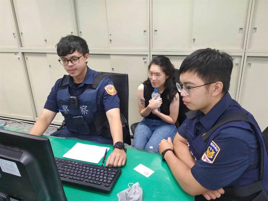 27歲香港陳姓女子近日到台灣旅遊,不慎將手機掉在計程車上,新莊警接獲報案後1小時內火速尋回。(吳亮賢翻攝)