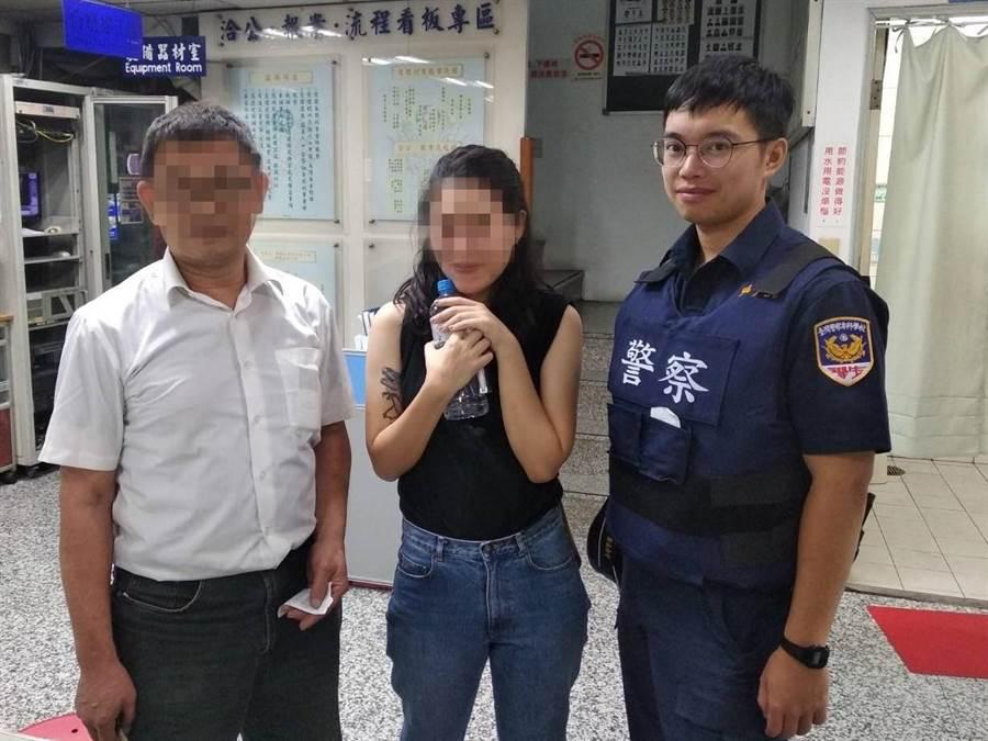 找回手機的陳女頻頻向警方道謝,並大讚「台灣警察好厲害!」 (吳亮賢翻攝)