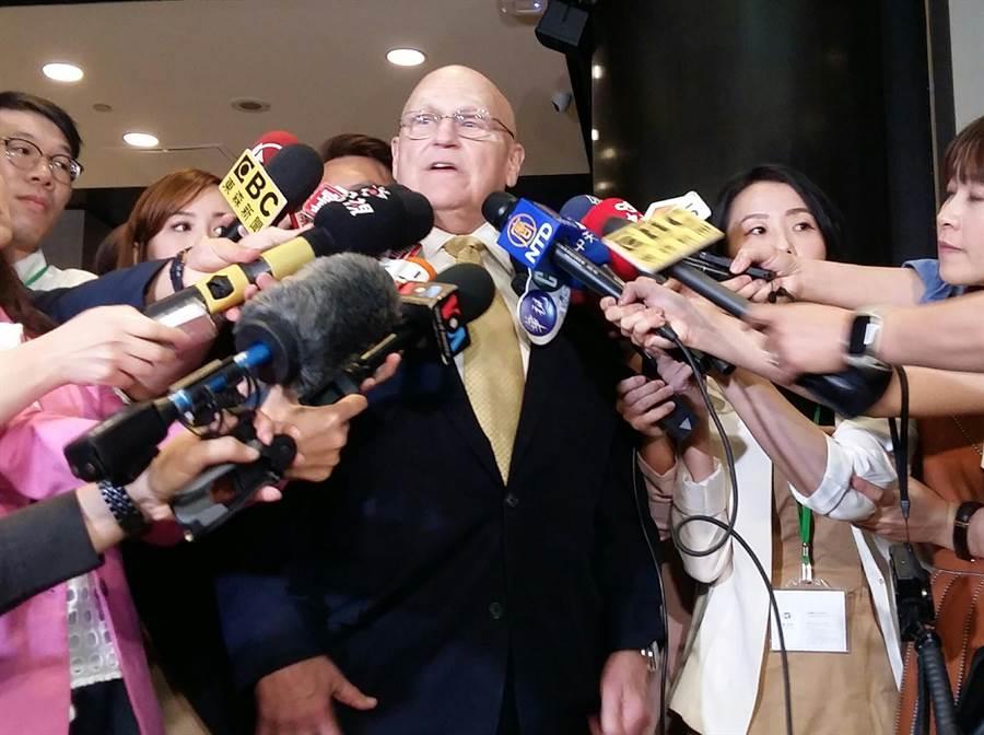 阿米塔吉在紐約接受記者採訪(崔慈悌攝)