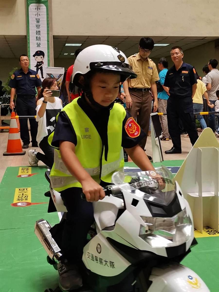 台中市警察局舉辦「小小警察體驗營」13日登場,參與小朋友們認真體驗包括「交通安全」等4項關卡活動。(馮惠宜攝)