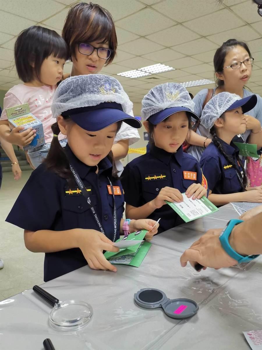 首梯「小小警察體驗營」登場參與小朋友們認真體驗包括「刑案鑑識」等關卡活動。(馮惠宜攝)