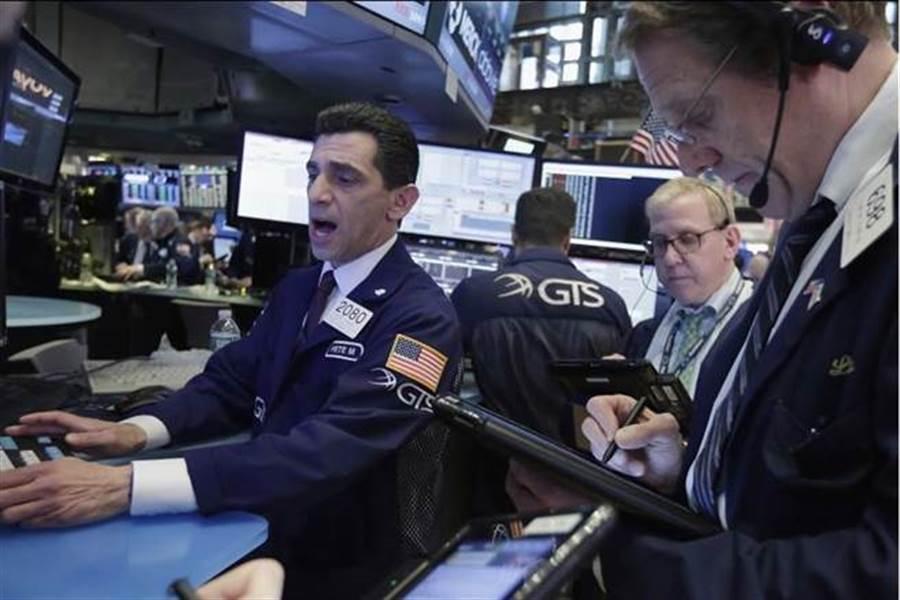 美股连两天大涨,站上27000点大关。(美联社)