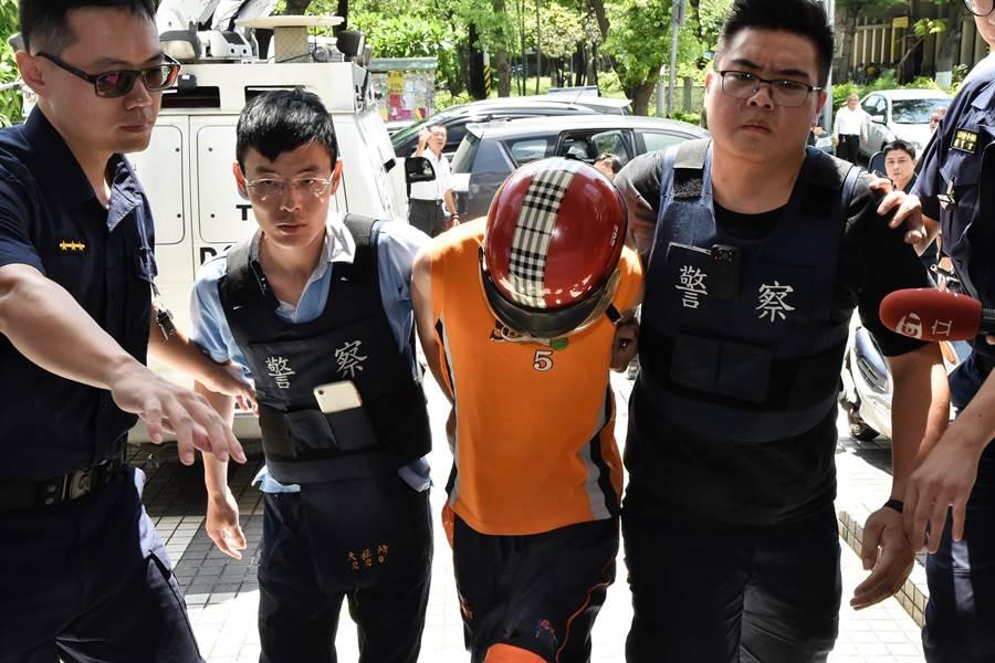 13日上午在高雄市大社區金龍果菜市場殺害王姓婦人的韓姓兇嫌(左三),中午在楠梓區落網,警方將他帶回偵訊。(林瑞益攝)