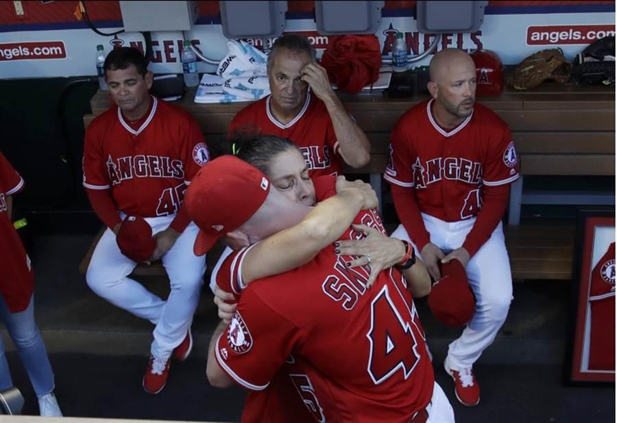 史卡格斯的母親與天使球員擁抱。(美聯社資料照)