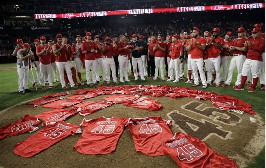 天使球員賽後將45號球衣置放於投手丘。(美聯社)