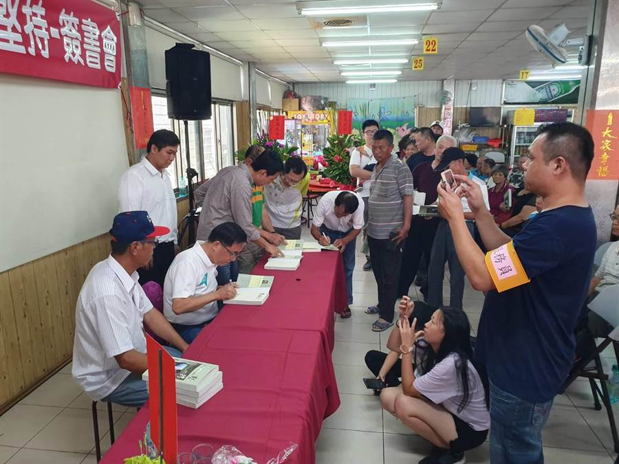 前總統陳水扁一一為熱情民眾簽書。(巫靜婷攝)