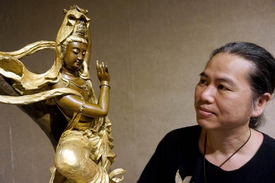 銅雕藝術家吳凡創作百態觀音,目前在桃園市文化局第二展覽室展出作品。(甘嘉雯攝)
