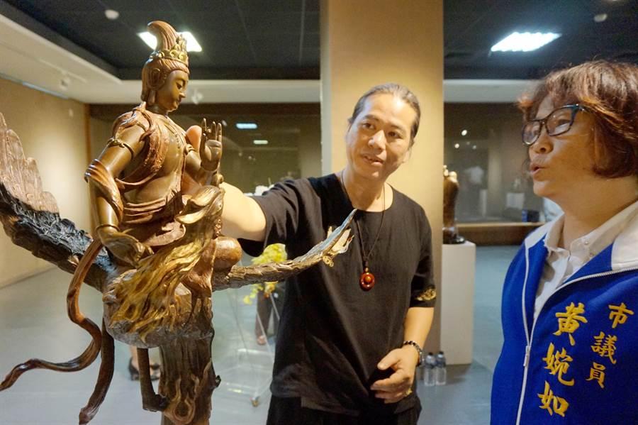 銅雕藝術家吳凡(中)所創作的觀音相當精緻。(甘嘉雯攝)