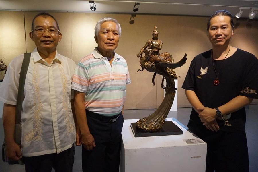 銅雕藝術家吳凡(右)發願創作百態觀音,他就讀振聲高中時的級任老師潘天賜(中)也到場。(甘嘉雯攝)