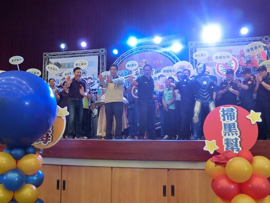 台南市長黃偉哲(左二)、警察局長黃宗仁(左三)等人一起開幕。(曹婷婷攝)