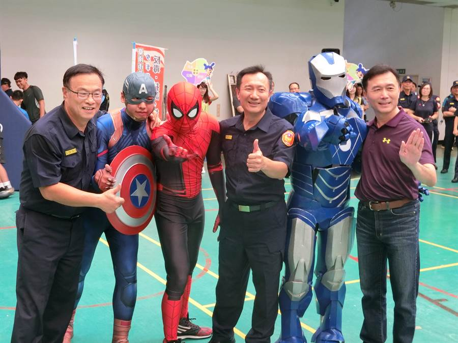 台南市警察局長黃宗仁(左)下場跟鋼鐵人、美國隊長、蜘蛛人尬球技。(曹婷婷攝)