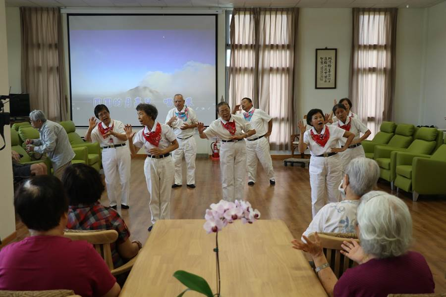 接受長照服務的長輩,在揭碑活動現場表演,展現健康活力。(慈濟提供)