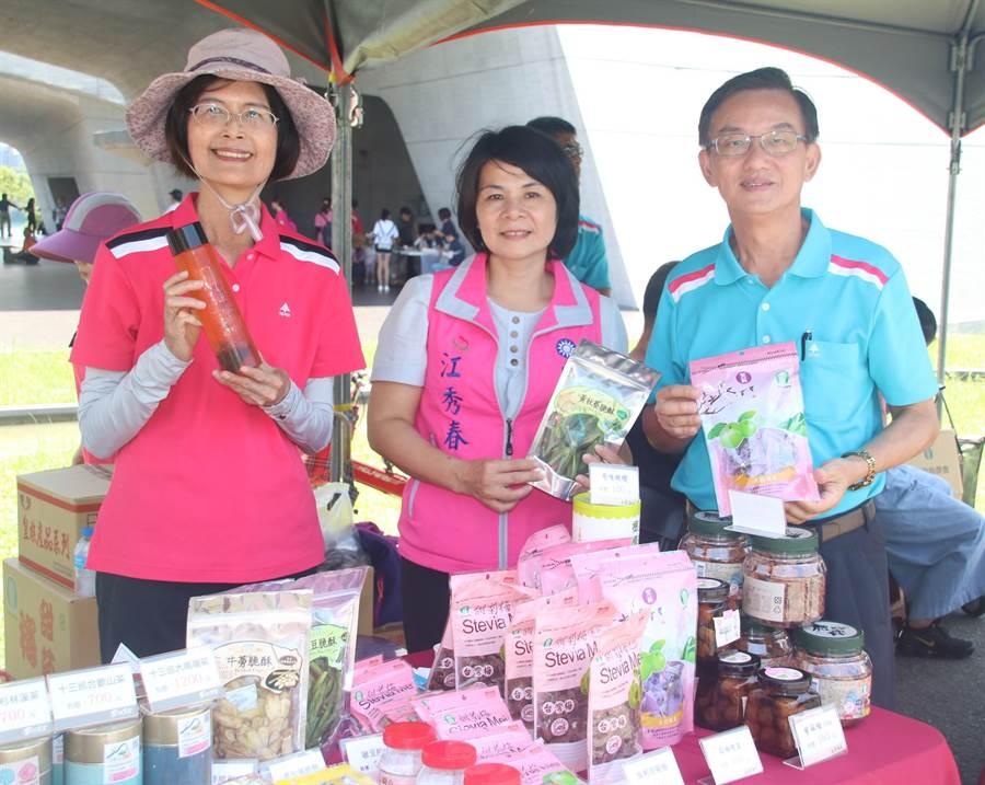 ▲南投县农会也在展售摊位展示该会所产的各式加工农特产品。(杨树煌摄)