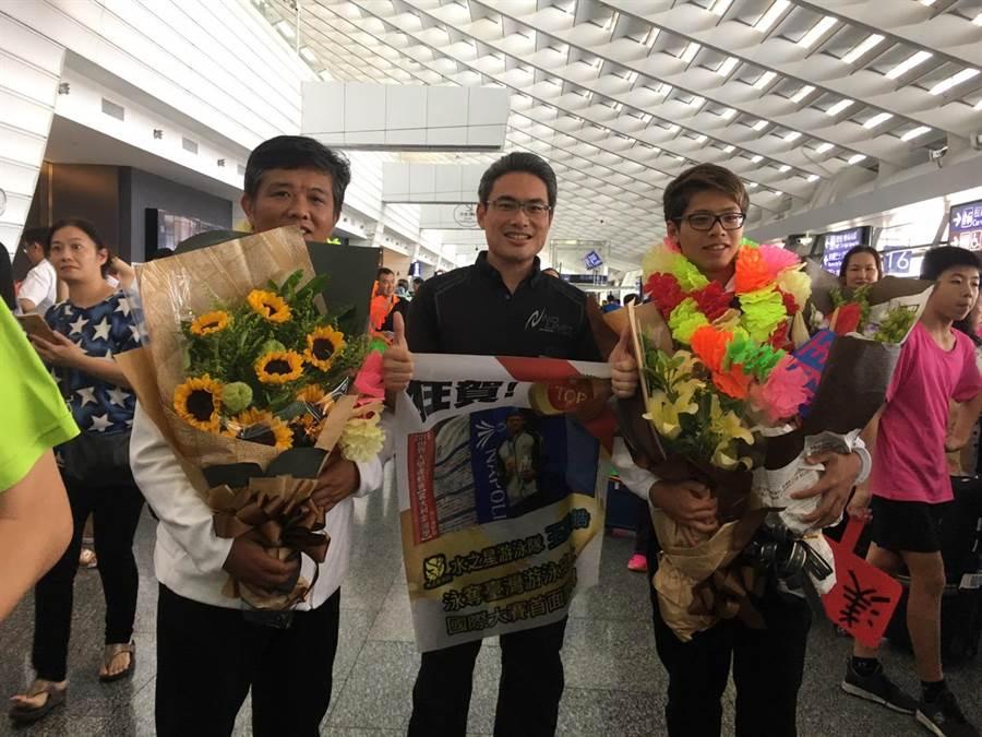 運動局長李昱叡代表市長盧秀燕,與王星皓高中母校東山高中的游泳隊教練選手們一同前往接機。(陳世宗翻攝)