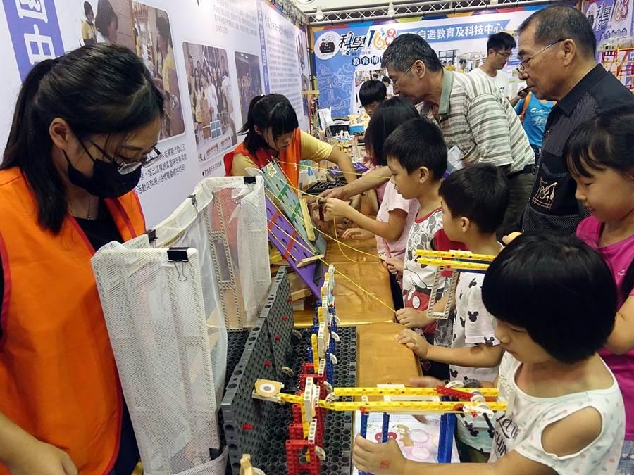嘉義市科學168教育博覽會,大人小孩都樂於體驗當創客。(廖素慧攝)