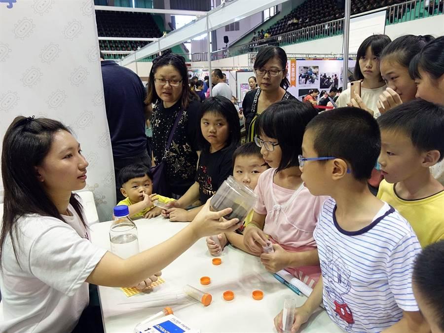 嘉義市科學168教育博覽會科普攤位,吸引親子共遊。(廖素慧攝)
