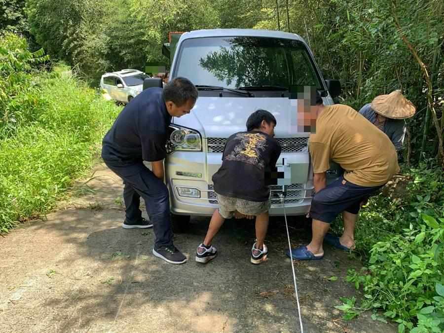 果農新車卡邊坡警民合作助脫困。(警方提供)