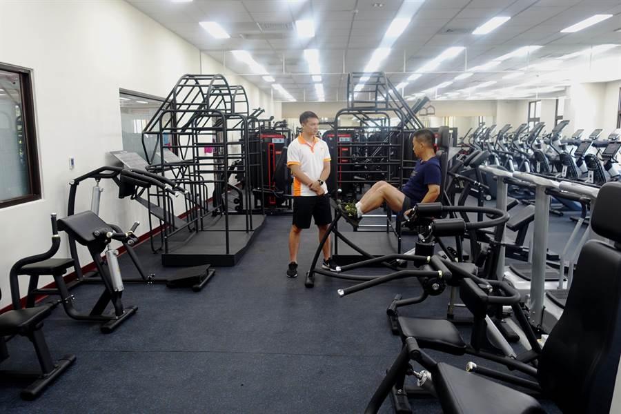 体适能中心有各式各样健身器材,有教练可咨询。