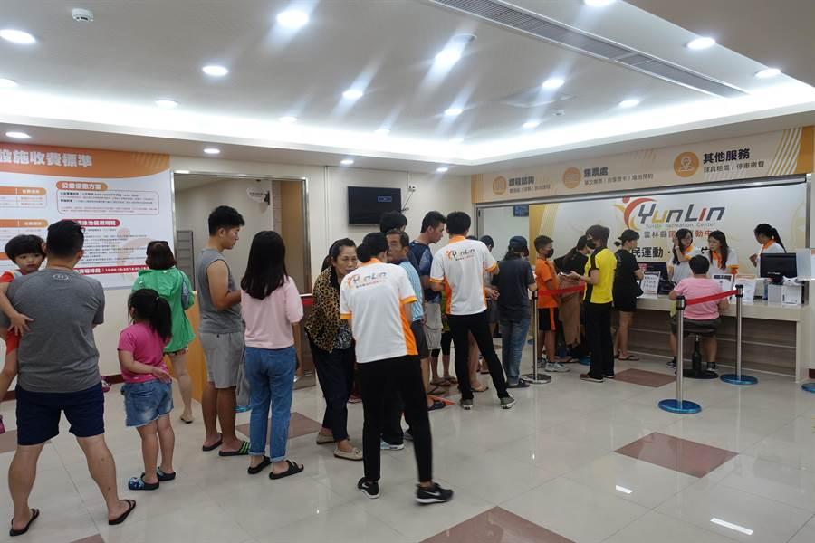 云林县国民运动中心13日启用试营运,有大批民众排队办卡。