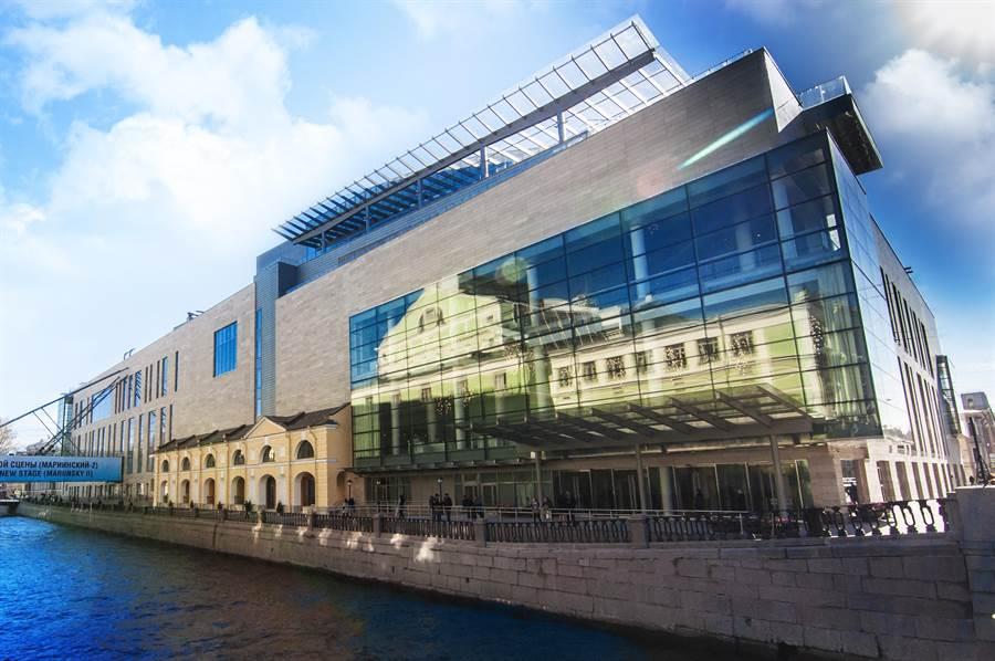 馬林斯基劇院第二舞台啟用後,馬林斯基芭蕾舞團的表演量大增。劇院玻璃中映照的,正是隔著涅瓦河相對的老劇院。(牛耳藝術提供)