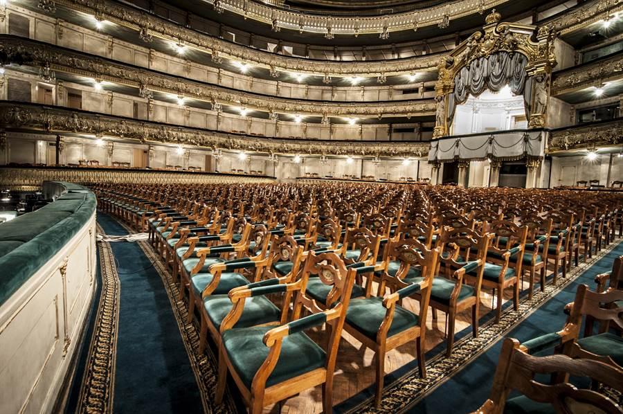 馬林斯基劇院有百年歷史,這個舞台曾上演許多重要舞碼首演,有芭蕾舞星製造機之稱。(牛耳藝術提供)