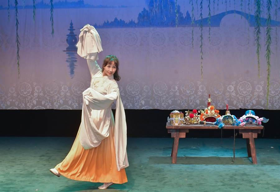 四川省川劇院當家花旦劉誼表演水袖,展現華美身段。(四川省台辦提供)
