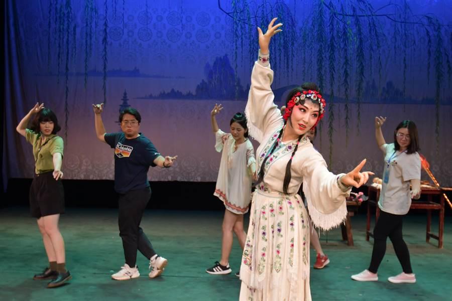 銘傳大學學生向川劇院一級演員張燕學習川劇身段。(四川省台辦提供)