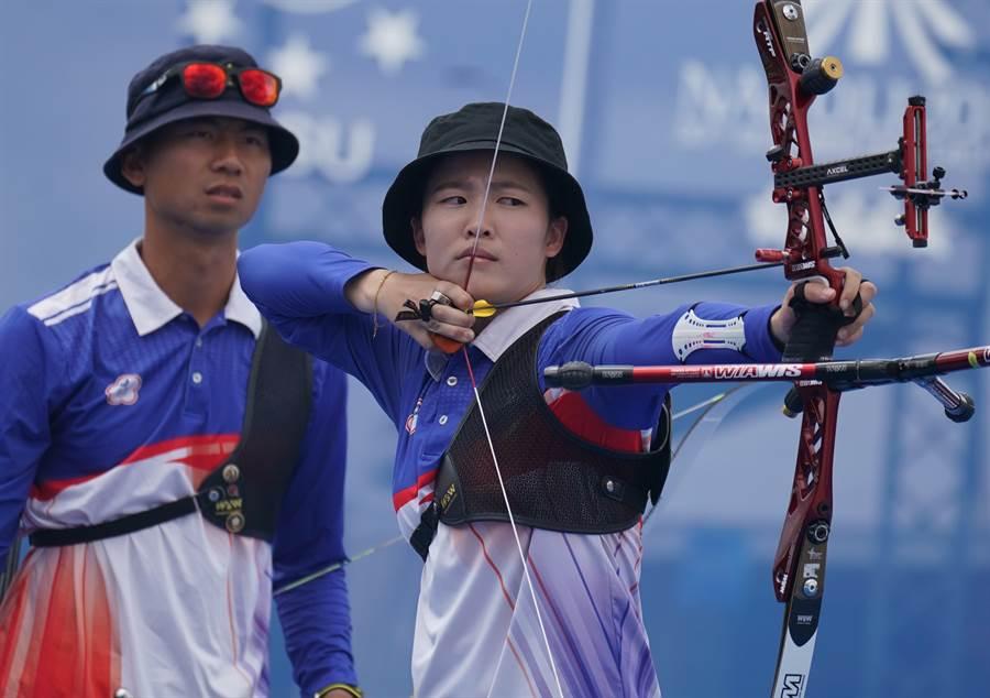 彭家楙(右)與魏均珩奮勇射下反曲弓混雙金牌。(大專體總提供)