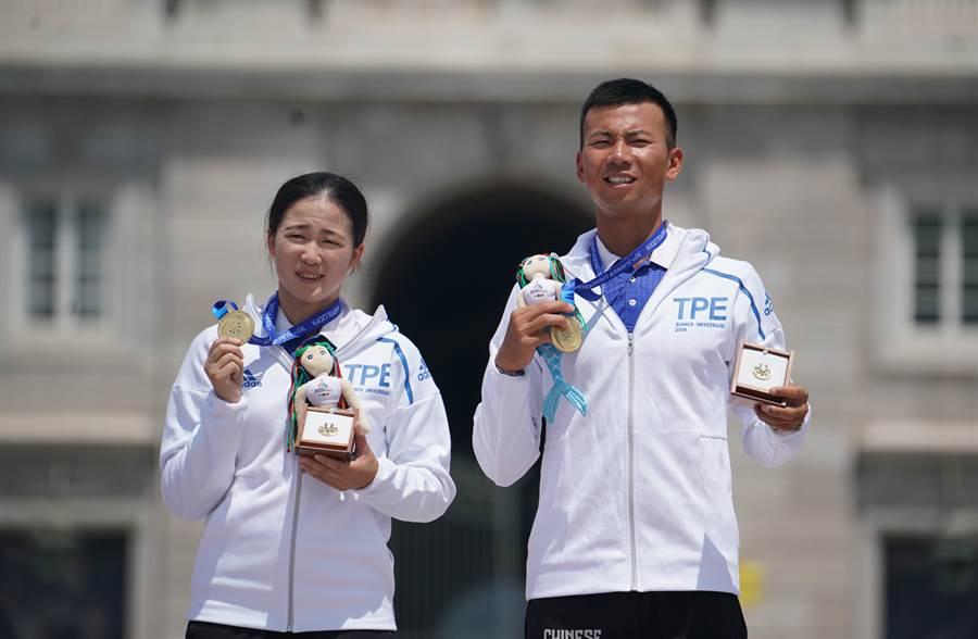 魏均珩(右)、彭家楙拿下金牌。(大專體總提供)