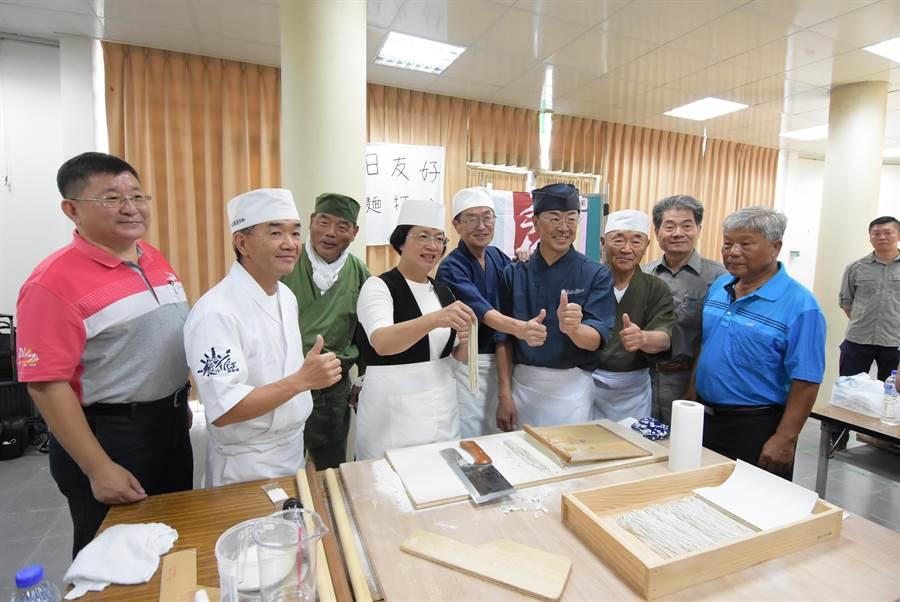 日本友人五位蕎麥麵達人,和縣長王惠美還在現場手作蕎麥麵展演。(吳敏菁攝)