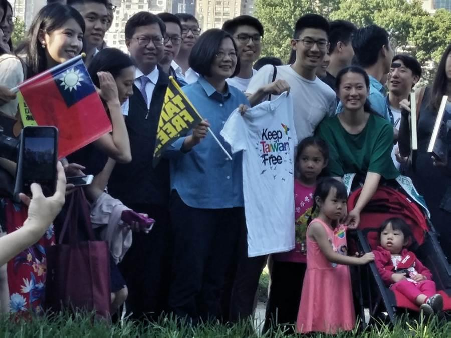 蔡英文總統在紐約中央公園與台灣留學生散步並接受媒體聯訪。(崔慈悌攝)
