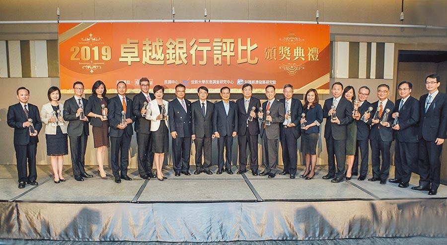 金管會副主委張傳章(左九)與貴賓及獲獎銀行共享得獎榮耀。圖/業者提供