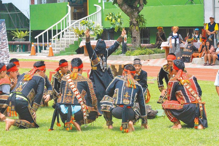 高雄多納部落黑米祭將於7月14、15日舉行。圖為黑米祭儀式前,由巫師祈福來年風調雨順、國泰民安。(林瑞益翻攝)