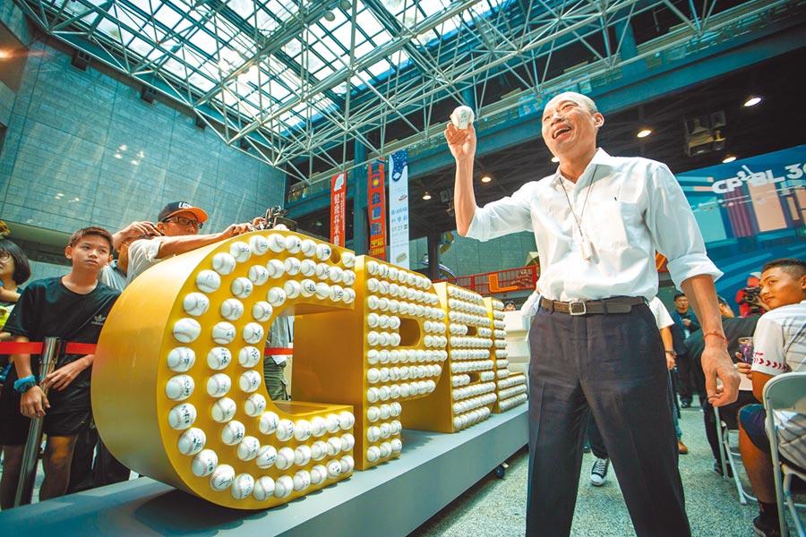 高雄市長韓國瑜12日出席「職棒30周年特展」,表示將催生日韓職棒來高雄寒訓,促進台灣職棒發展。現場他也特地留下屬於自己的簽名球。(袁庭堯攝)