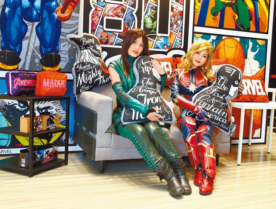 漫威粉絲coser螳螂女(左起)和驚奇隊長在新光三越信義A11「漫威80周年期間限定店」沙發區,身邊的漫威系列抱枕每個699元。(粘耿豪攝)